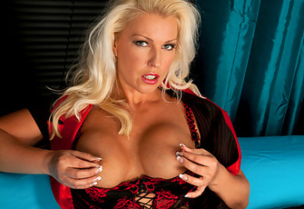Sultry Lana Cox Shows Off Her Hourglass Figure And Huge Tits
