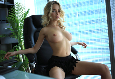 Picture Gallery of Natalia Andreeva exposes her perfect curves in the office
