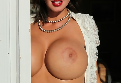Picture Gallery of Brandy Robbins Exposes Her Huge Boobs