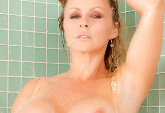 Dyanna Lauren stimulates her pussy with the pulsating showerhead