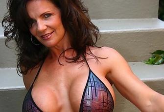 Milf Deauxma posing outside in a sexy Bikini