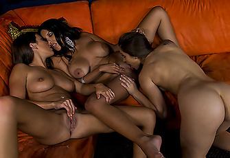 Lizz Tayler and Missy Martinez show Dani Daniels how lesbians fuck